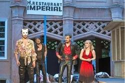 """Ramazzotti und Slivovice mit Schuss Ouzo LVZ - """"Viel Lärm um nichts"""": Leipziger Schauspielstudierende haben im Innenhof des Grassi-Museums diesjährige Sommertheater-Premiere gefeiert"""